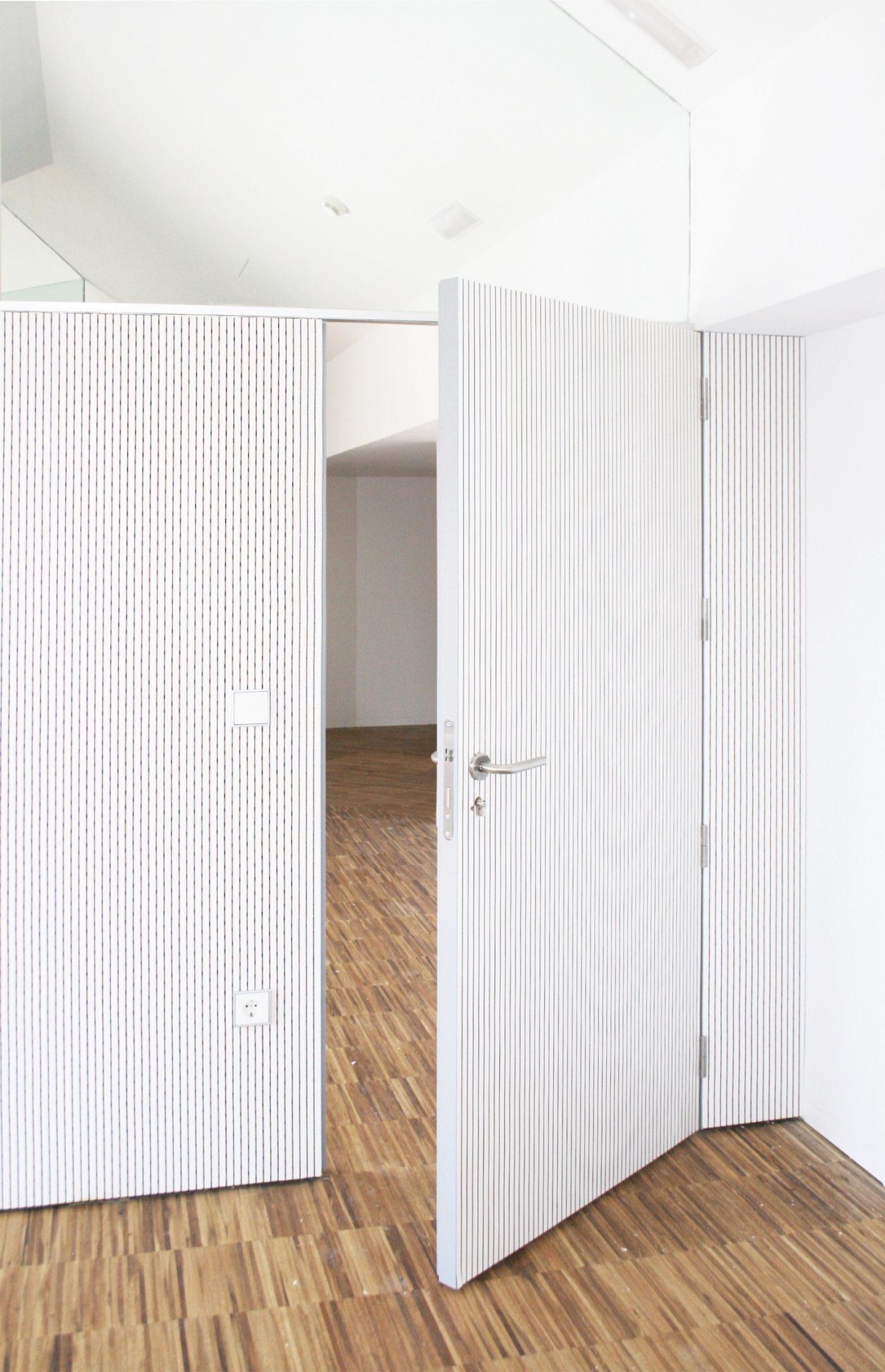 Renovar la imagen de una estancia con puertas de madera for Puertas madera a medida