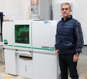 José Antonio Azofra, gerente de JEDSA, con la nueva sierra múltiple RAIMANN.