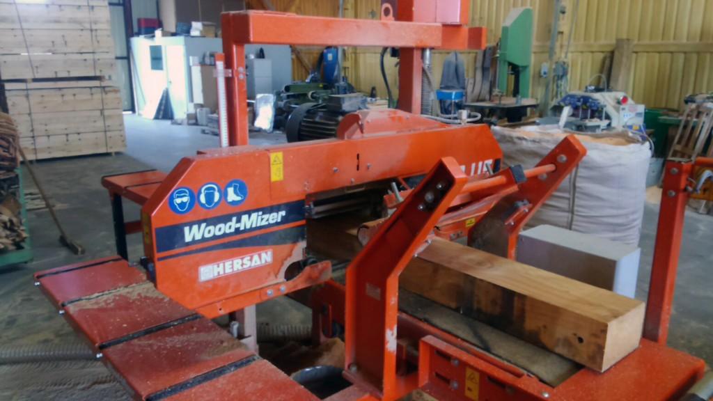 Corte de madera para embalaje en la sierra HR115.