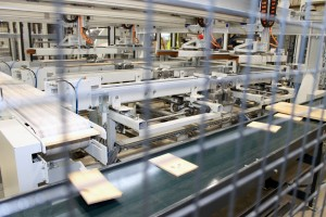 Las tablas para las cajas, ya saneadas, pueden circular a doscientos metros lineales por minuto