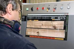 El operario introduce en el escáner los parámetros necesarios para obtener el mejor aprovechamiento de la madera en función de la calidad final que el cliente quiera.