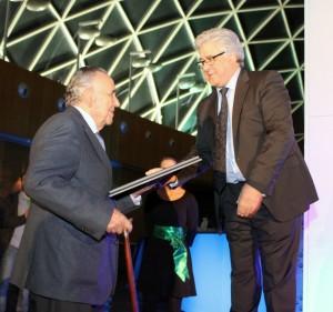 Santiago Riera, Presidente de FIMMA, hace entrega a Alejandro Rosales, fundador del Grupo ALVIC, de una placa conmemorativa del 50º Aniversario de la compañía.