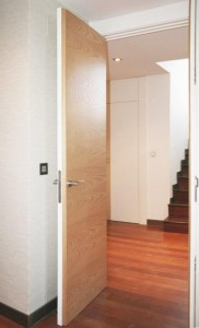 Puerta en chapa roble americano con cara interior acabada en blanco para confundirse con los revestimientos interiores 01
